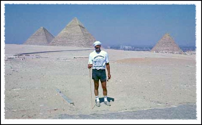 American traveler on the Giza plateau © UrbisMedia 1989